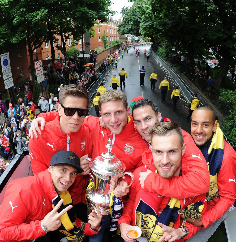 LONDON, ENGLAND - MAY 31: Emiliano Martinez, Wojciech Szczesny, Ben Knapper, Chad Forsythe Aaron Ramsey and Theo Walcott during the Arsenal FA Cup Victory Parade in Islington on May 31, 2015 in London, England. (Photo by Stuart MacFarlane/Arsenal FC via Getty Images)